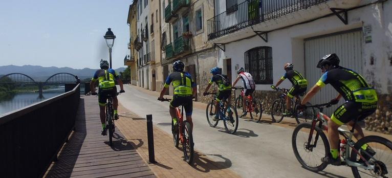 Ciclistes passant pel Passeig de l'Ebre de Móra d'Ebre