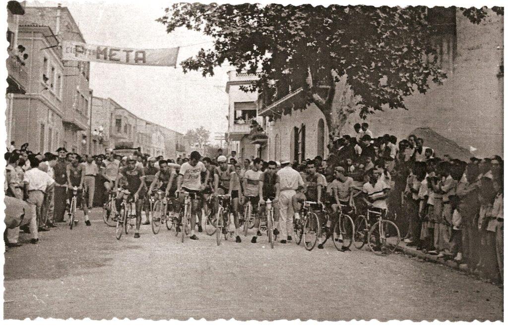 Història de la Penya Ciclista Ribera d'Ebre Sortida d'un cursa ciclista des de l'Avinguda de les Comarques Catalanes de Móra d'Ebre.