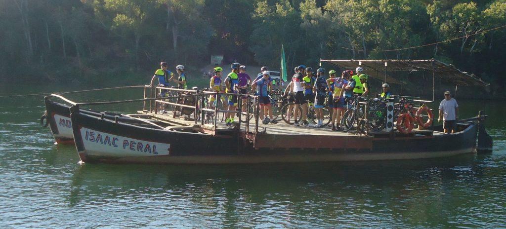 Pas de Barca a Miravet. La Penya Ciclista Ribera d'Ebre creuant l'Ebre a la sortida Per tots els pobles de la Ribera