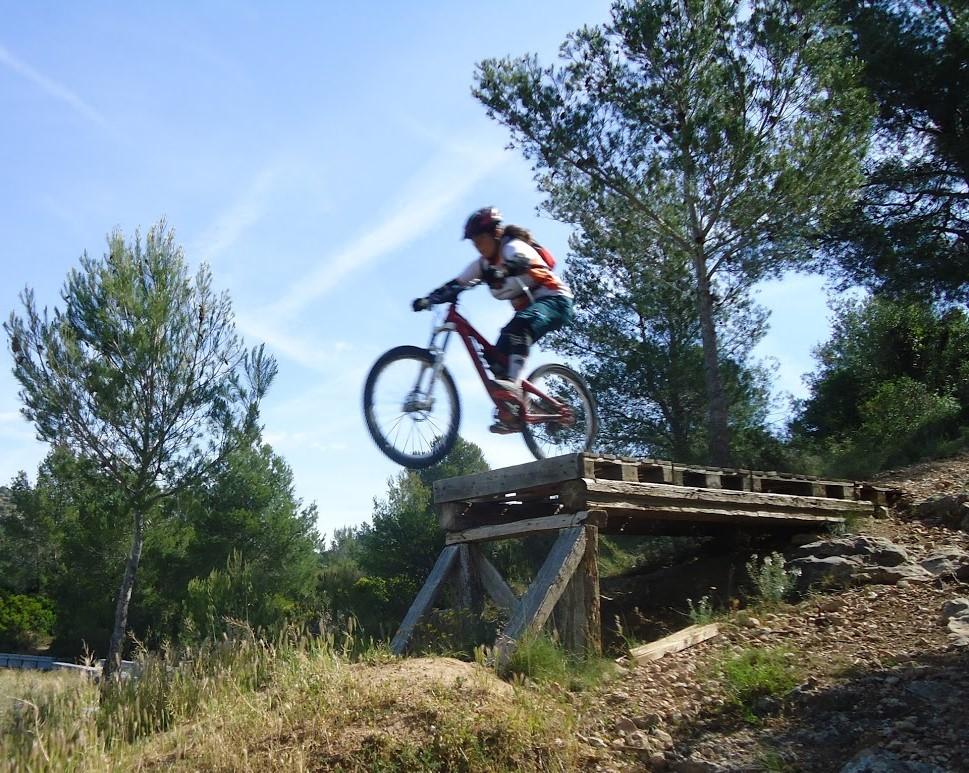 Aina Llauradó és una de les integrants de l'equip de descens Riberabike Gravity Team