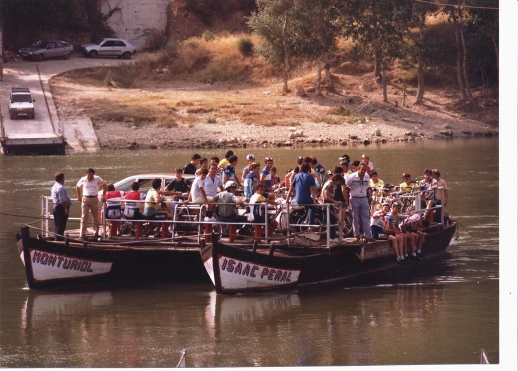 1984 1a Volta Ciclista a la Ribera d'Ebre travessa de la cursa pel pas de barca de Miravet