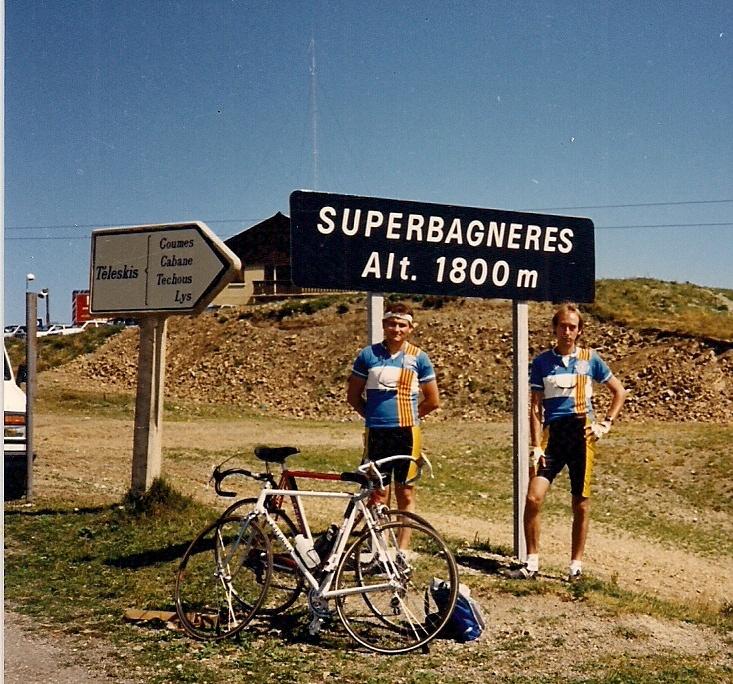 1989 cicloturistes penya Ciclista al cim de l'estació d'esqui de Superbagneres a França